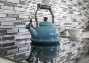 Glass splashback tiles and worktop
