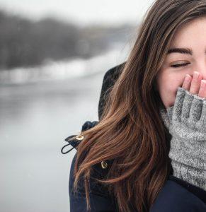 Woman wearing woollen gloves